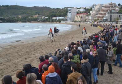 Una veintena de caballos participan en la espectacular carrera por la playa de la Concha