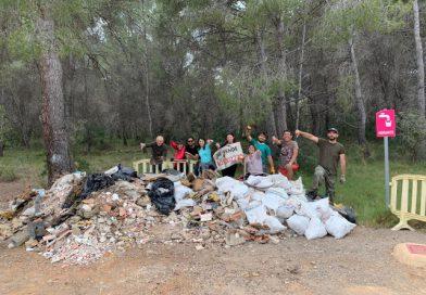 Unos vecinos recogen dos toneladas de escombros de El Balcó en Oropesa