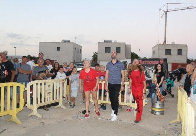 Cerca de un centenar de personas participan en el concurso de lanzamiento de 'pinyol'