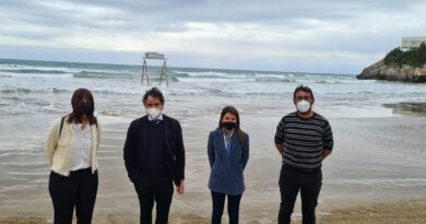Oropesa instala el primer columpio acuático de España en la playa de La Concha