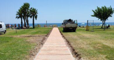 Oropesa instala tres pasarelas para mejorar el acceso a la playa Amplàries